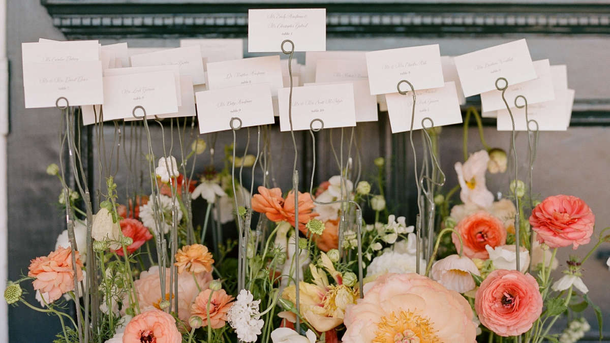 Table place cards in wire holders with flowers